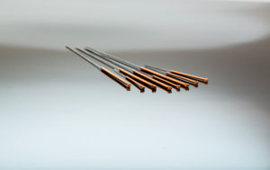 Mehrere Nadel für Akupunktur liegen nebeneinander. Traditionelle chinesische Medizin (Alternative Medizin).